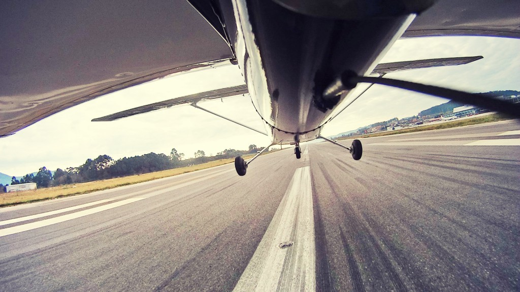 Durante la actividad del aeroclub, la Cessna 172 del club Aerocelta realiza una toma en la pista 20 de Vigo