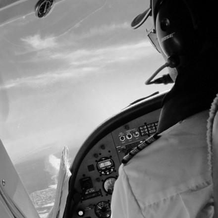 Tras superar 9 asignaturas teóricas, 45 horas de vuelo y con un reconocimiento médico de clase 2 en vigor, podrás volar como piloto no remunerado en aviones monomotores en condiciones de vuelo visual.
